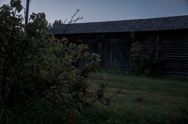 walimisiedach-stodola-wieczorem